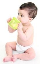Baby trinkt aus trinklernbecher