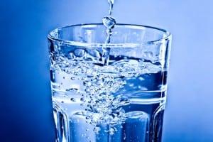 Die richtige Trinkmenge für Babys und Kleinkinder Sauberes klares Wasser im Glas - Momentaufnahme