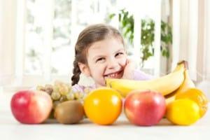 Kleinkinder und Obst